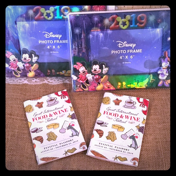 🏰 BNWT 2019 Disney Vacation Frame with Characters